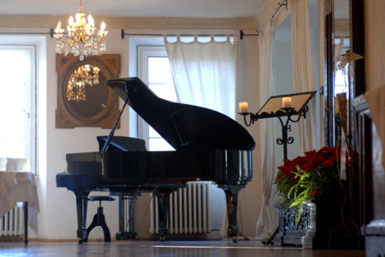 ROMANTIC HOTEL EXCELSIOR Pianoforte.jpg
